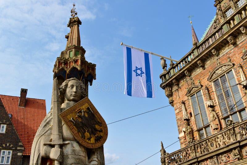 Brema, Alemanha - israelita e bandeiras alemãs que voam da câmara municipal histórica em honra da primeira visita do embaixador d fotografia de stock