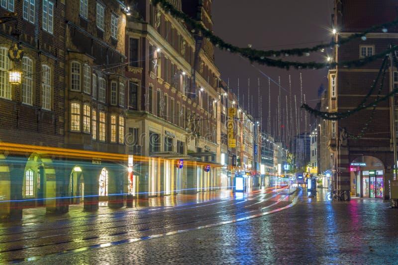 Brema, Alemanha, o 19 de novembro de 2017 Rua da noite da cidade após a chuva imagens de stock royalty free