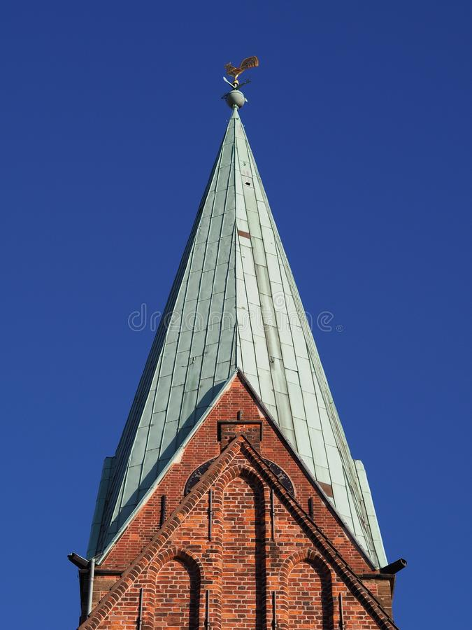Brema, Alemanha - pináculo da igreja do St Martini com as paredes de tijolo vermelho, o telhado de cobre verde, a aleta de tempo  imagem de stock royalty free