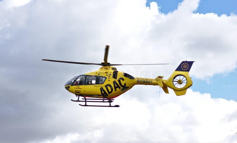 Brema, Germania - 10 luglio 2018 - elicottero di salvataggio di emergenza in volo fotografia stock