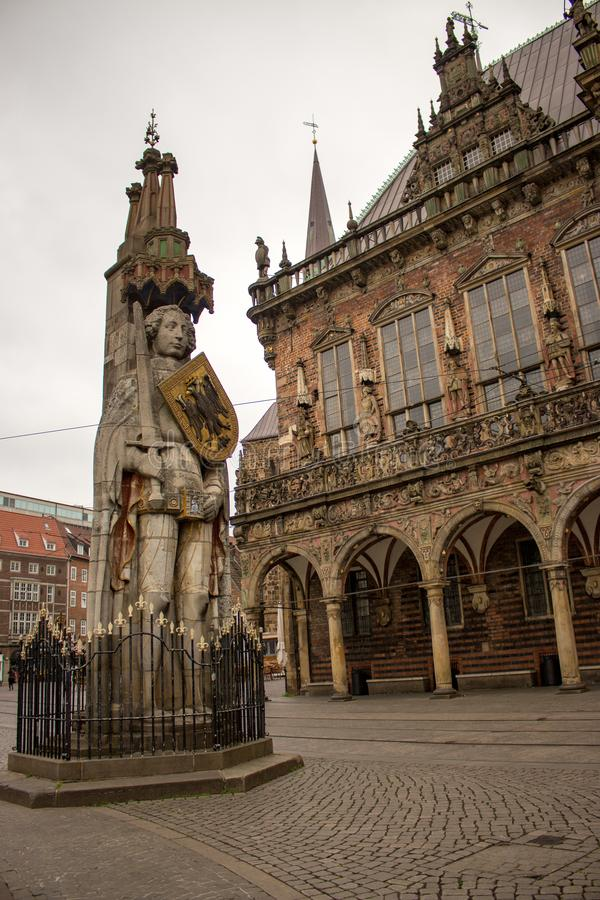 Brema, Germania - 06/13/2019: scultura famosa di Roland sul quadrato del mercato di Brema Statua medievale con la spada e lo sche immagini stock libere da diritti