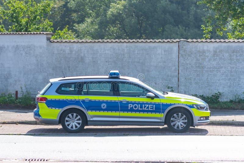 Bremen, Alemania - 8 de agosto de 2019: Un coche policía alemán se parquea en un aparcamiento imagen de archivo