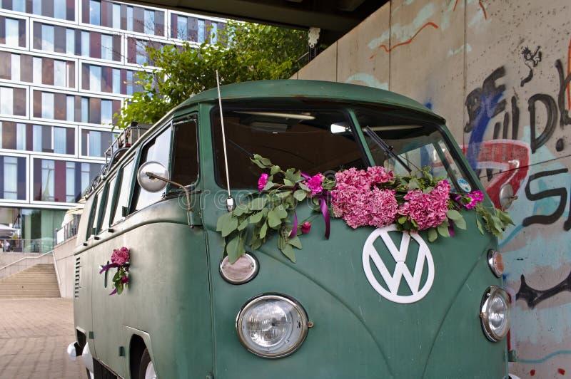 Bremen, Alemania - 17 de julio de 2018 - furgoneta verde del T3 de VW con el logotipo grande de VW del blanco con la fachada de c foto de archivo