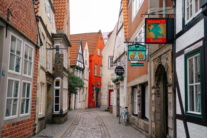 Bremen, Alemania, enero de 2019 - casas coloridas con la decoración de la Navidad y luces en Schnoorviertel histórico foto de archivo