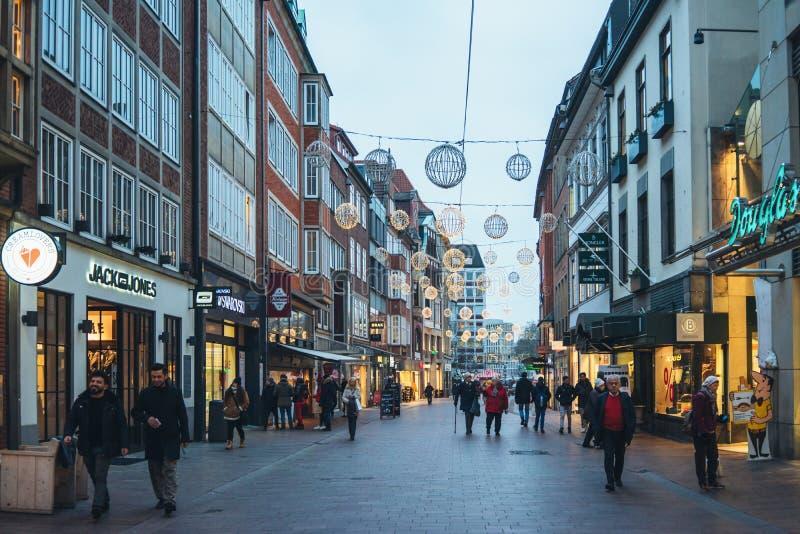Bremen, Alemania, enero de 2019 - casas coloridas con la decoración de la Navidad y luces en Schnoorviertel histórico imágenes de archivo libres de regalías