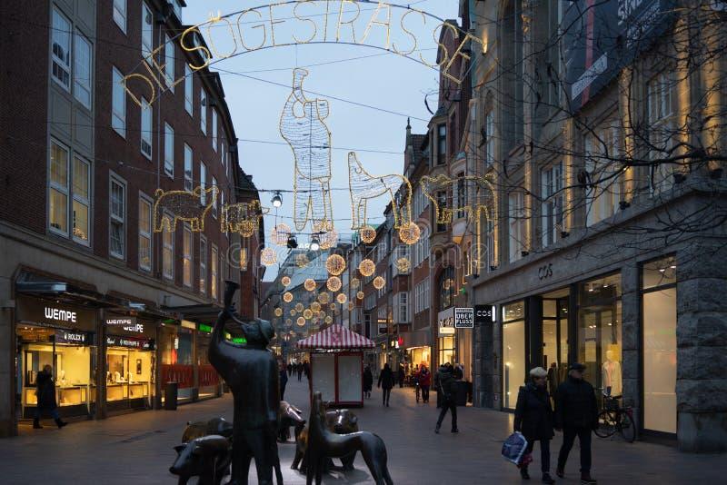 Bremen, Alemania, enero de 2019 - casas coloridas con la decoración de la Navidad y luces en Schnoorviertel histórico fotografía de archivo