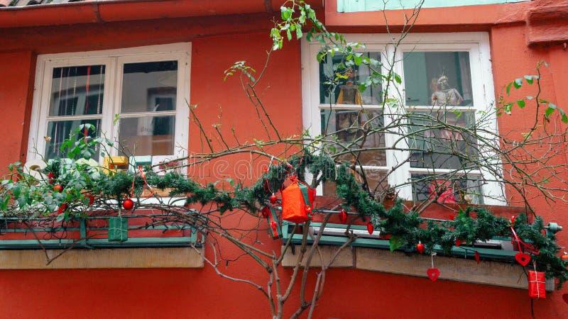 Bremen, Alemania, enero de 2019 - casas coloridas con la decoración de la Navidad y luces en Schnoorviertel histórico fotografía de archivo libre de regalías