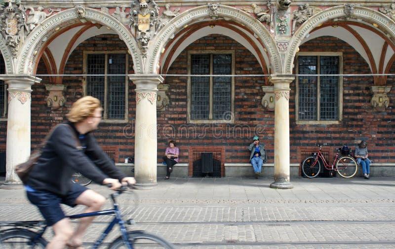 Bremen, Alemania - 07/23/2015 - paseos del ciclista en frente el ayuntamiento en el centro histórico de Bremen, gente que se sien fotografía de archivo