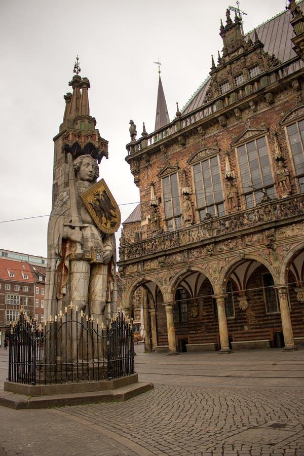 Bremen, Deutschland - 06/13/2019: berühmte Skulptur von Roland auf Bremen-Marktplatz Mittelalterliche Statue mit Klinge und Schil lizenzfreie stockbilder