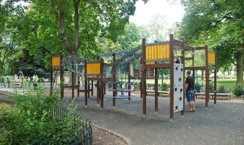 Bremen, Deutschland - 07/23/2015 - hölzerner Spielplatz für Kinder im Park lizenzfreie stockfotos