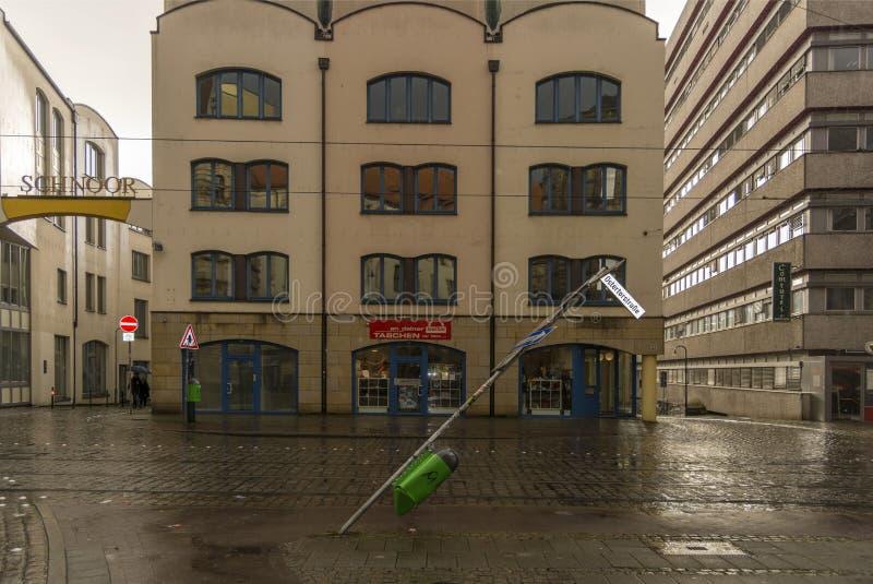 Bremen, Deutschland, am 19. November 2017 Fehlerhaftes Verkehrsschild Der Mast des Zeichens wird zu Boden verbogen und geneigt stockbilder