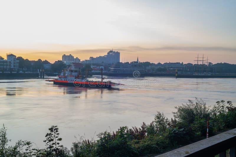 Bremen, Duitsland - Augustus 9, 2017: Veerboot kruising weser tussen Lemwerden en Bremen royalty-vrije stock afbeeldingen
