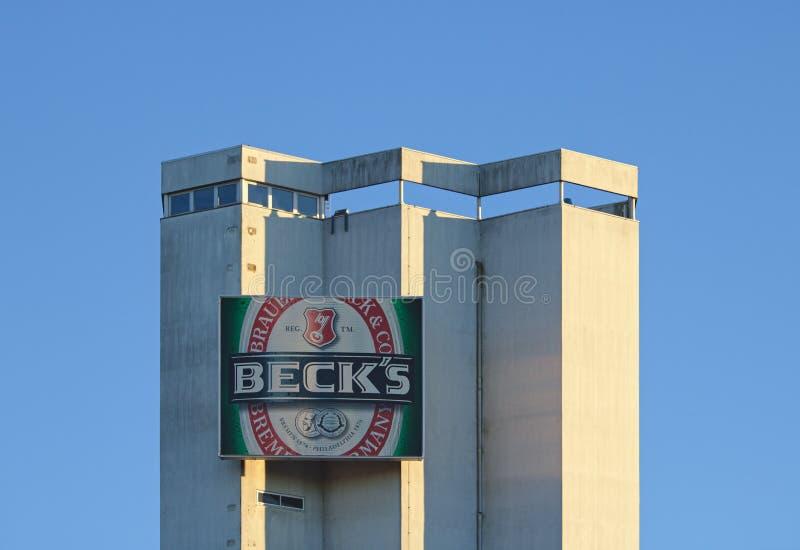 Bremen, Duitsland - Januari zevende, 2018 - Silo bij de brouwerij van Beck ` s met bedrijfembleem stock afbeeldingen