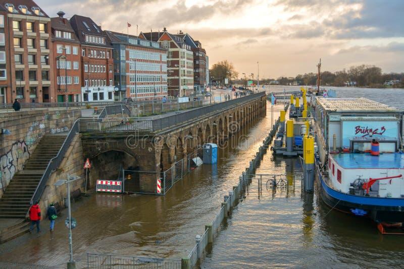 Bremen, Duitsland, 19 November 2017 Een kleine vloed in Bremen op de rivier Weser Het water overstroomde de dijk De aak is op Th royalty-vrije stock fotografie