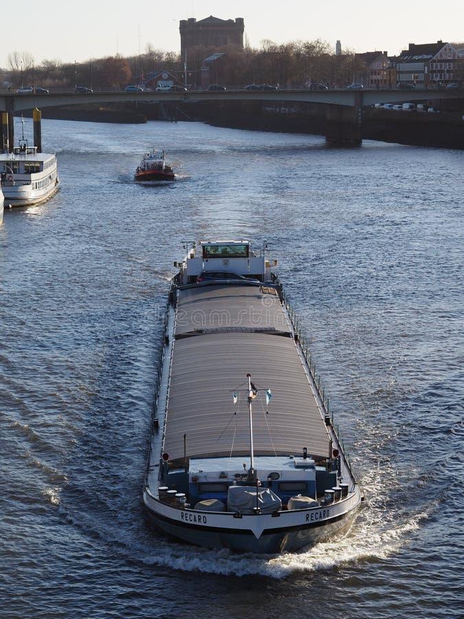 Bremen, Niemcy - ładunku statek na rzecznym Weser obraz royalty free