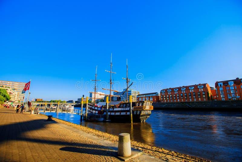 Bremen-Seeseiteansichtsonnenuntergang Weser-Flussufer in Bremen, Deutschland lizenzfreie stockfotos