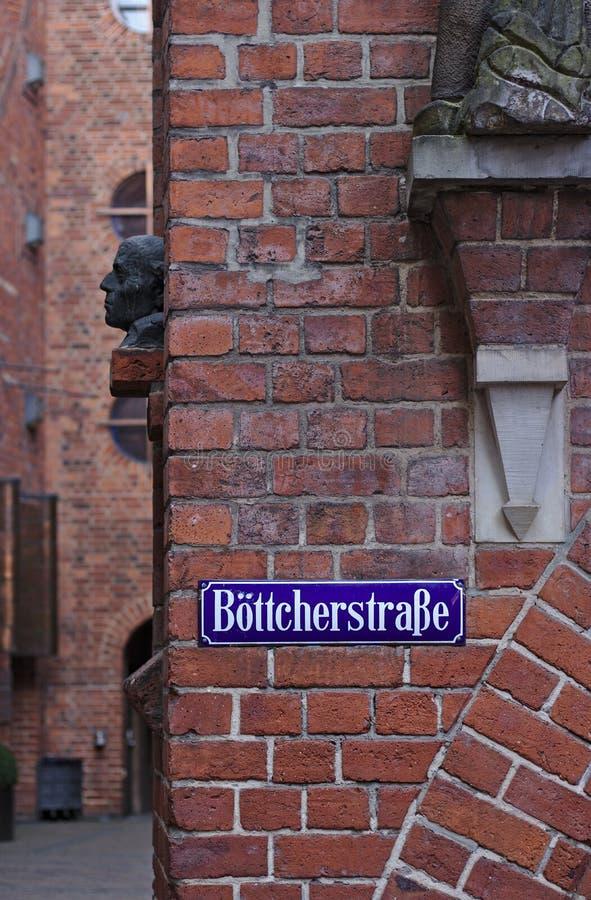 Bremen Tyskland - April 27th, 2018 - gatan undertecknar in Bremen ` s mest berömd historisk gata, Boettcherstrassen royaltyfri bild