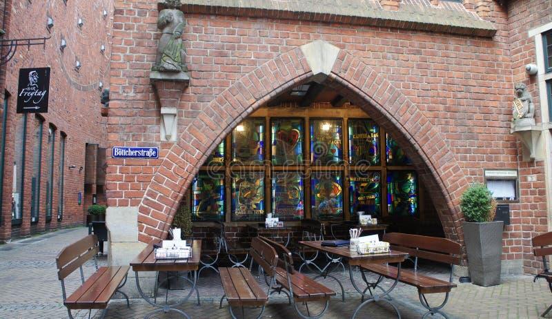 Bremen Tyskland - 07/23/2015 - härligt hus för röd tegelsten på Bottcherstrasse i gammal stad royaltyfri foto