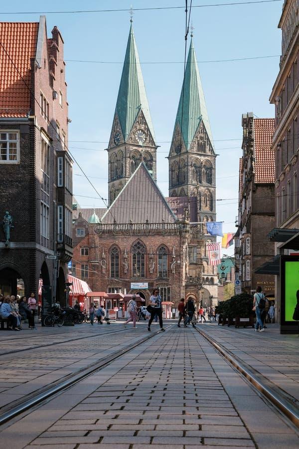 Bremen Tyskland, turister som går runt om den gamla staden på en solig dag royaltyfri foto