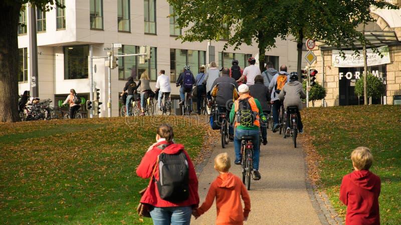 Bremen ulicy z ludzi chodzić i mężczyźni na rowerze obraz royalty free
