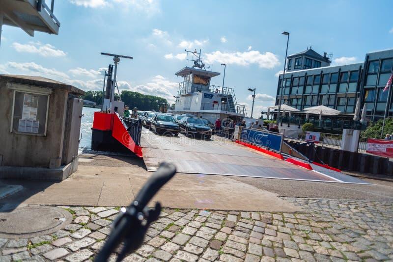 Bremen-Vegesack, Bremen die, Duitsland - Juli 17, 2019 door veerboot in Bremen kruisen vegesack stock foto