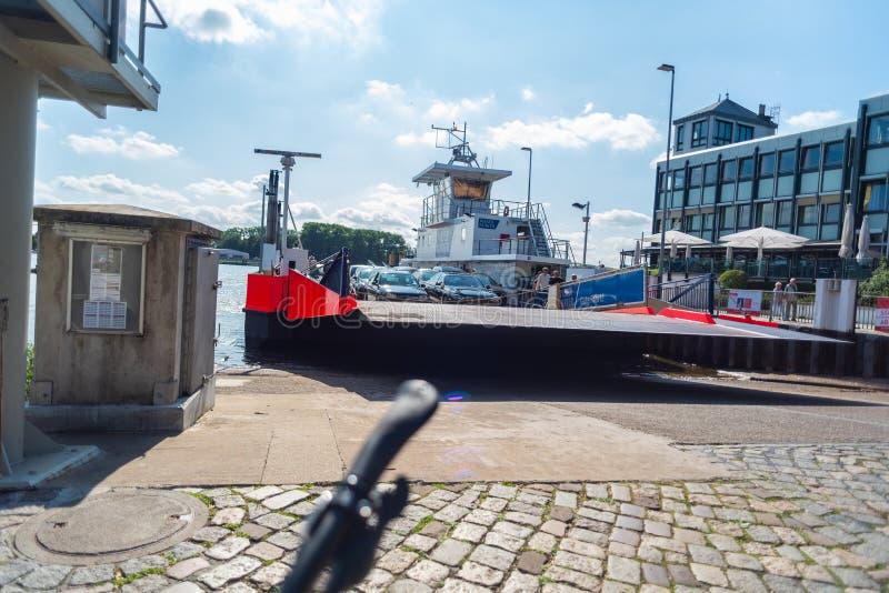 Bremen-Vegesack, Bremen die, Duitsland - Juli 17, 2019 door veerboot in Bremen kruisen vegesack stock fotografie
