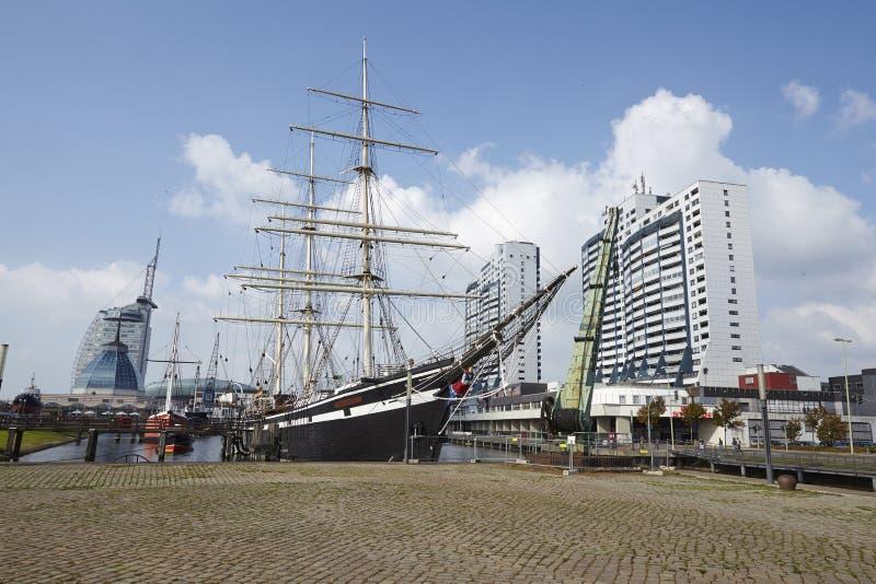 Bremerhaven (Alemanha) - bacia com navios históricos e as torres residenciais (retocados) foto de stock