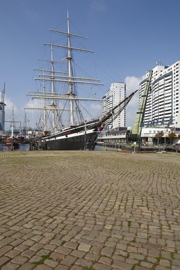 Bremerhaven (Alemanha) - bacia com navios históricos e as torres residenciais (retocados) foto de stock royalty free