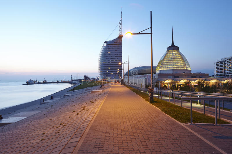 Bremerhaven (Alemanha) - passeio à beira mar na noite fotografia de stock royalty free