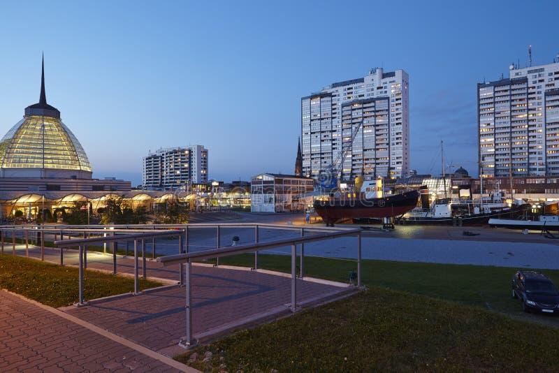 Bremerhaven (Alemanha) - torres residenciais na noite foto de stock royalty free