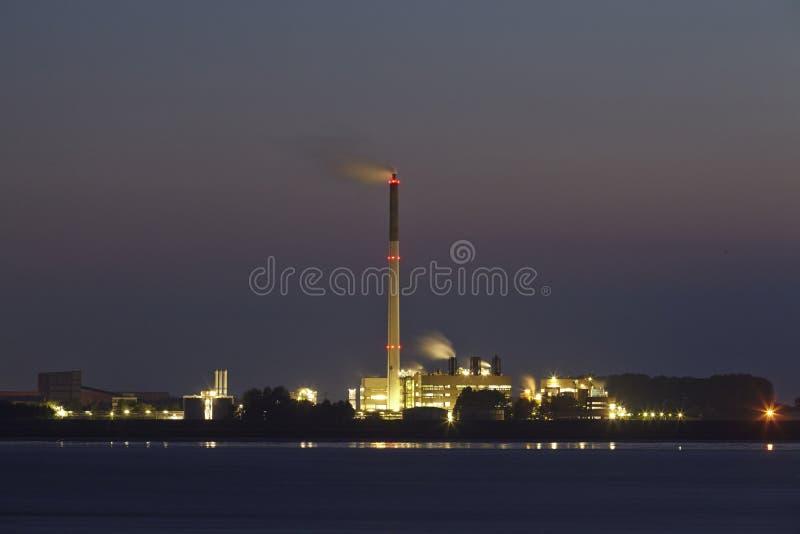Bremerhaven (Deutschland) - überschüssige Einäscherungsanlage nachts lizenzfreie stockfotografie