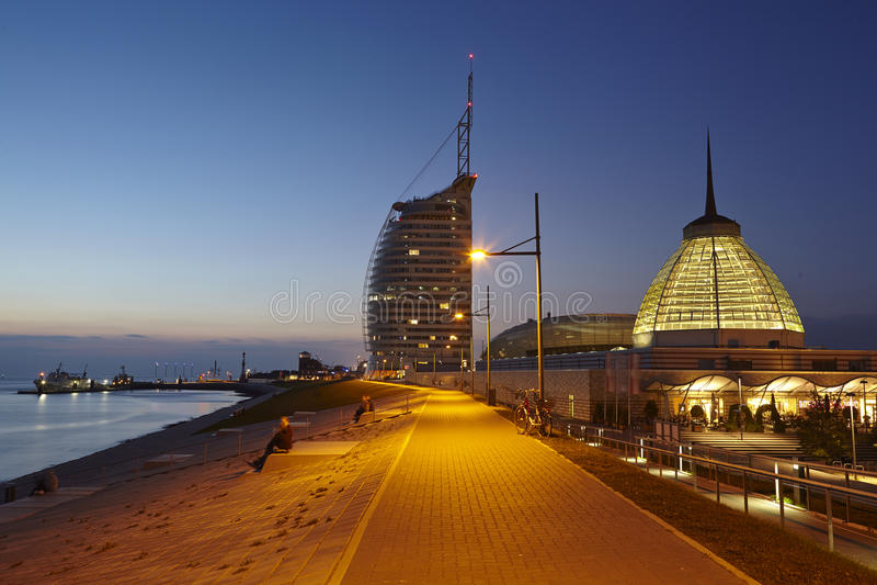Bremerhaven (Duitsland) - Promenade in de avond stock foto's