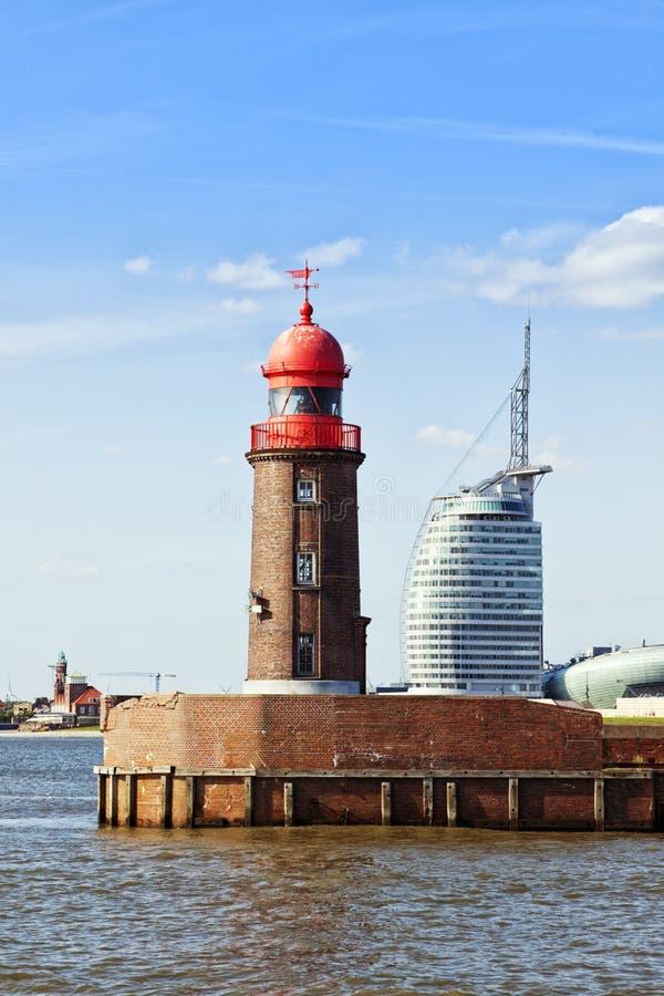 Bremerhaven, farol velho e construção contemporânea fotos de stock royalty free