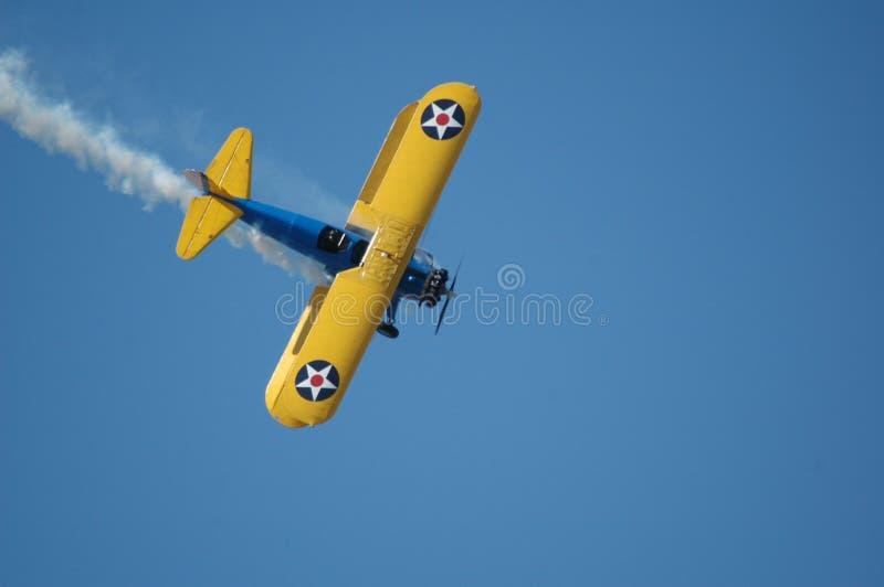 Bremsen Sie Flugzeug mit Rauche stockfoto