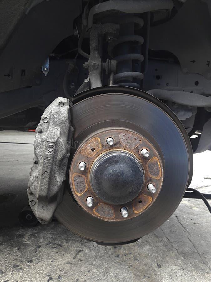 Bremsscheiben auf der Maschine mit den abmontierten Rädern auf den Steckfassungen Radwechsel lizenzfreies stockbild