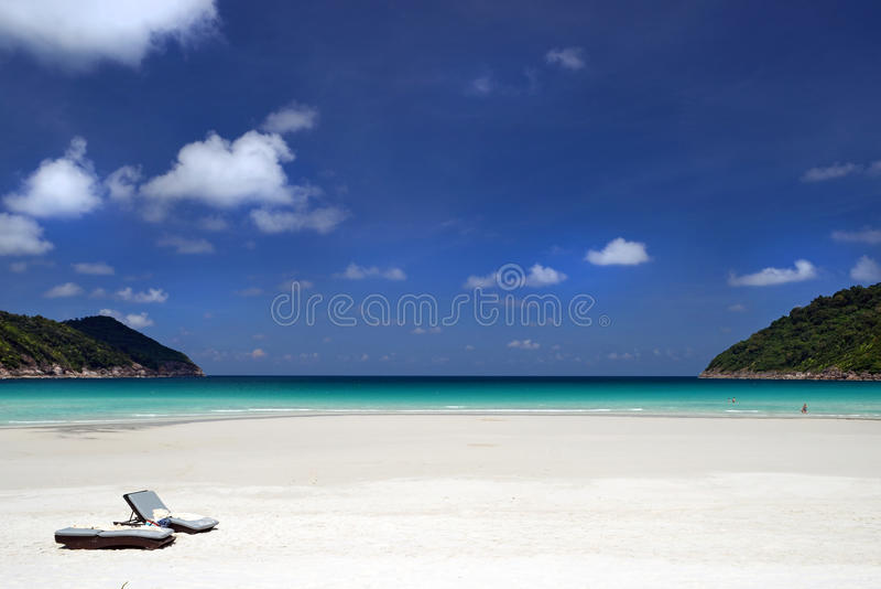 Brench vid stranden royaltyfri bild