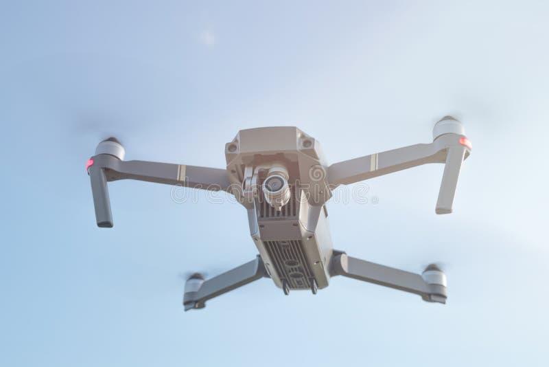 Brend新的飞行寄生虫在天空中在与透镜火光的蓝天下 免版税图库摄影