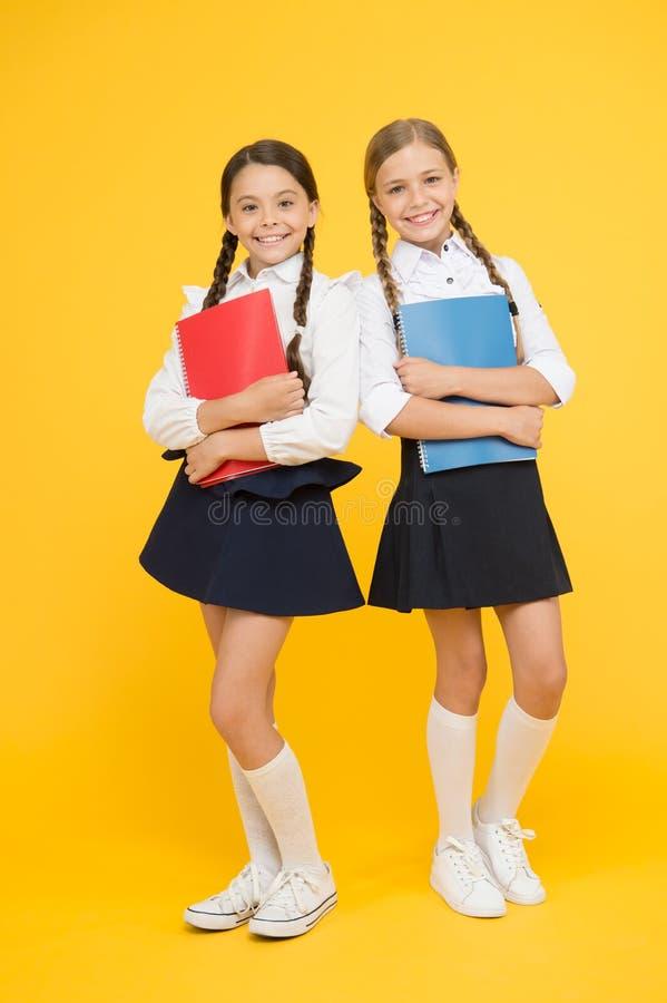Breng kindschool weinig dagen vroegere spelspeelplaats en word comfortabel Terug naar School Vrolijke schoolmeisjes Wijs op royalty-vrije stock afbeelding