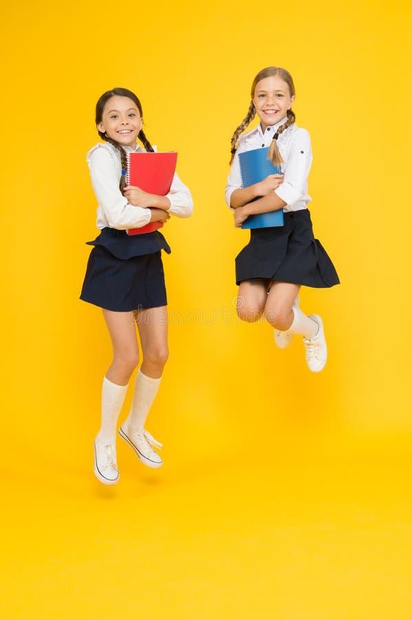 Breng kindschool weinig dagen vroegere spelspeelplaats en word comfortabel Vrolijke schoolmeisjes Terug naar School Wijs op stock afbeeldingen