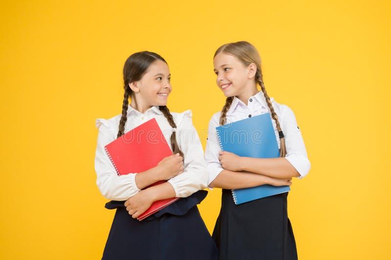 Breng kindschool weinig dagen vroegere spelspeelplaats en word comfortabel Vrolijke schoolmeisjes Wijs op positieve aspecten royalty-vrije stock foto's