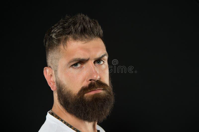 Breng meer stijl aan gebaard gezicht Gebaarde mens op zwarte achtergrond Ernstige gebaarde hipster met modieus kapsel Brutaal stock fotografie