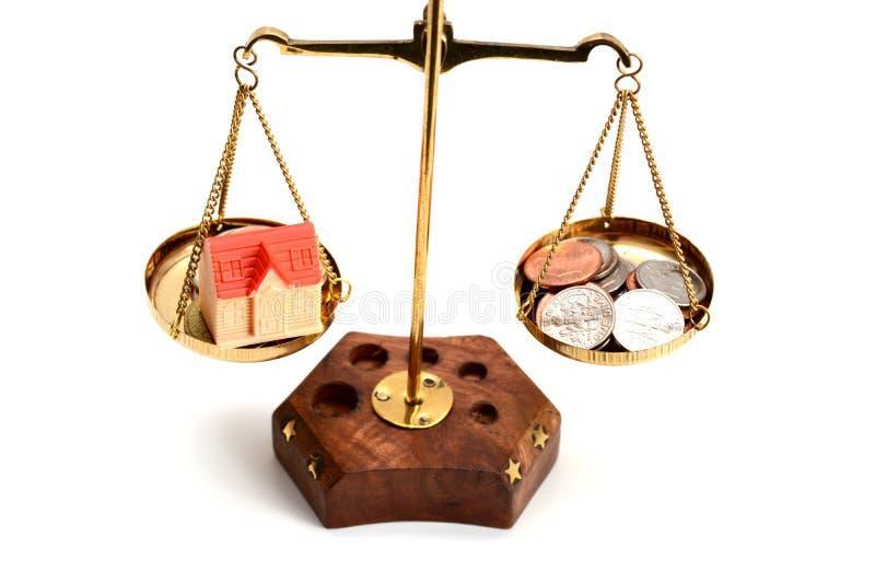 Breng uw het levensconcept met schaal in evenwicht wegend geld en het gezinsleven isoleert op witte achtergrond stock foto