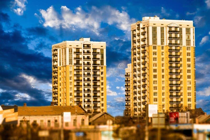 Brengt het leven high-rise gele gebouwen op wolkenachtergrond samen royalty-vrije stock foto's