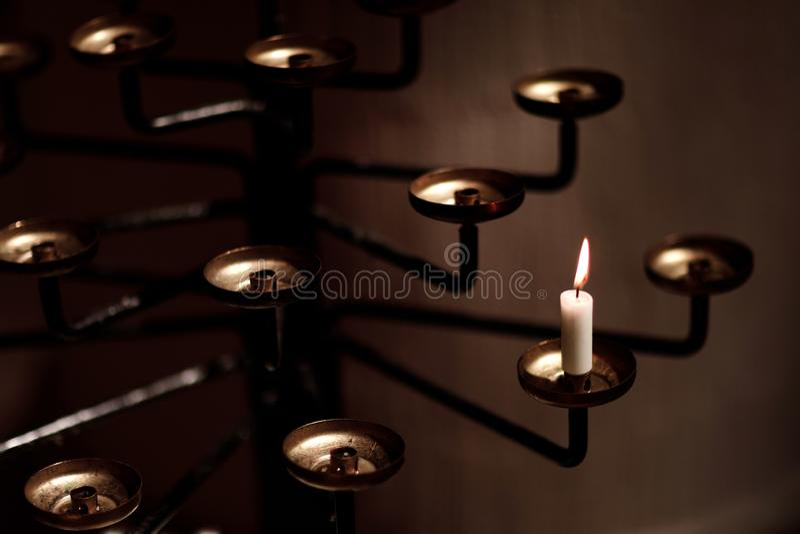 Brennen alter Kerzenbronze Bronze Silbercandlestick. Isolierter schwarzer Hintergrund lizenzfreie stockfotografie