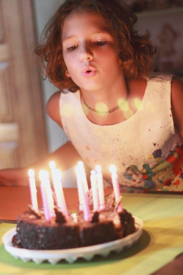 Brennen Sie heraus Kerzen auf einem Kuchen durch stockfotos