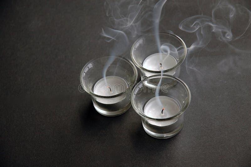 Brennen Sie heraus Teeleuchten durch stockbilder