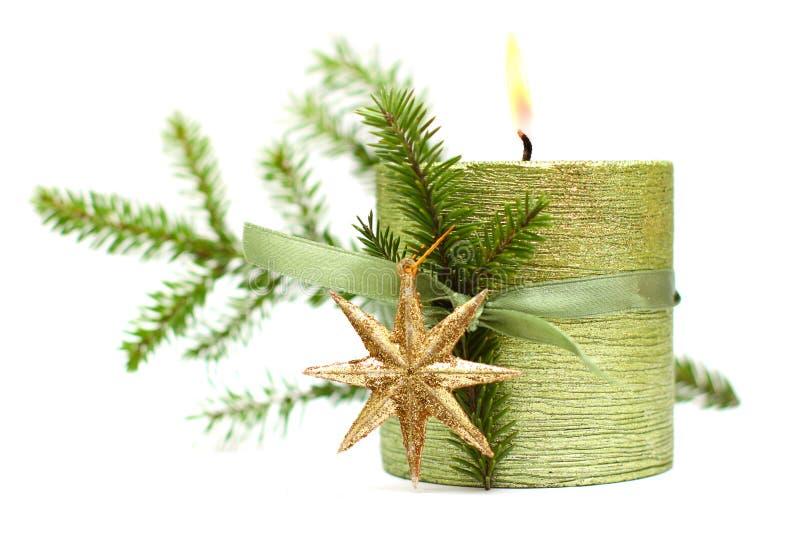 Brennen Sie Weihnachtskerze, grünes Farbband, Goldstern stockbild