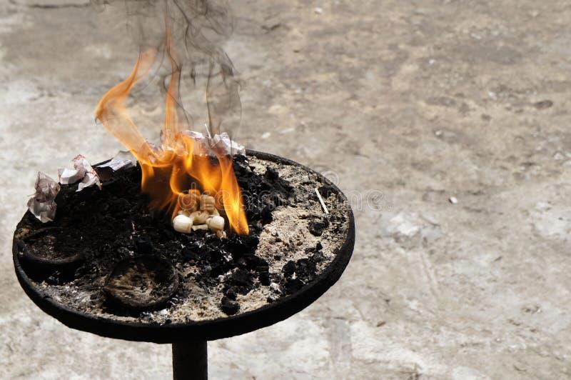 Brennen von Angeboten stockbild