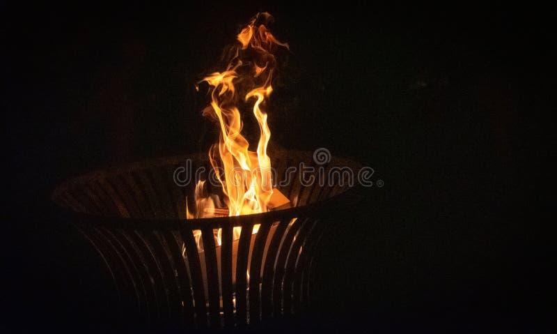 Brennen von Logs in Firepes großartiges Hintergrundfoto lizenzfreie stockfotos