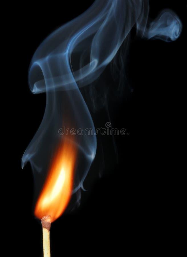 Brennende Abgleichung mit Rauche auf Schwarzem stockbild